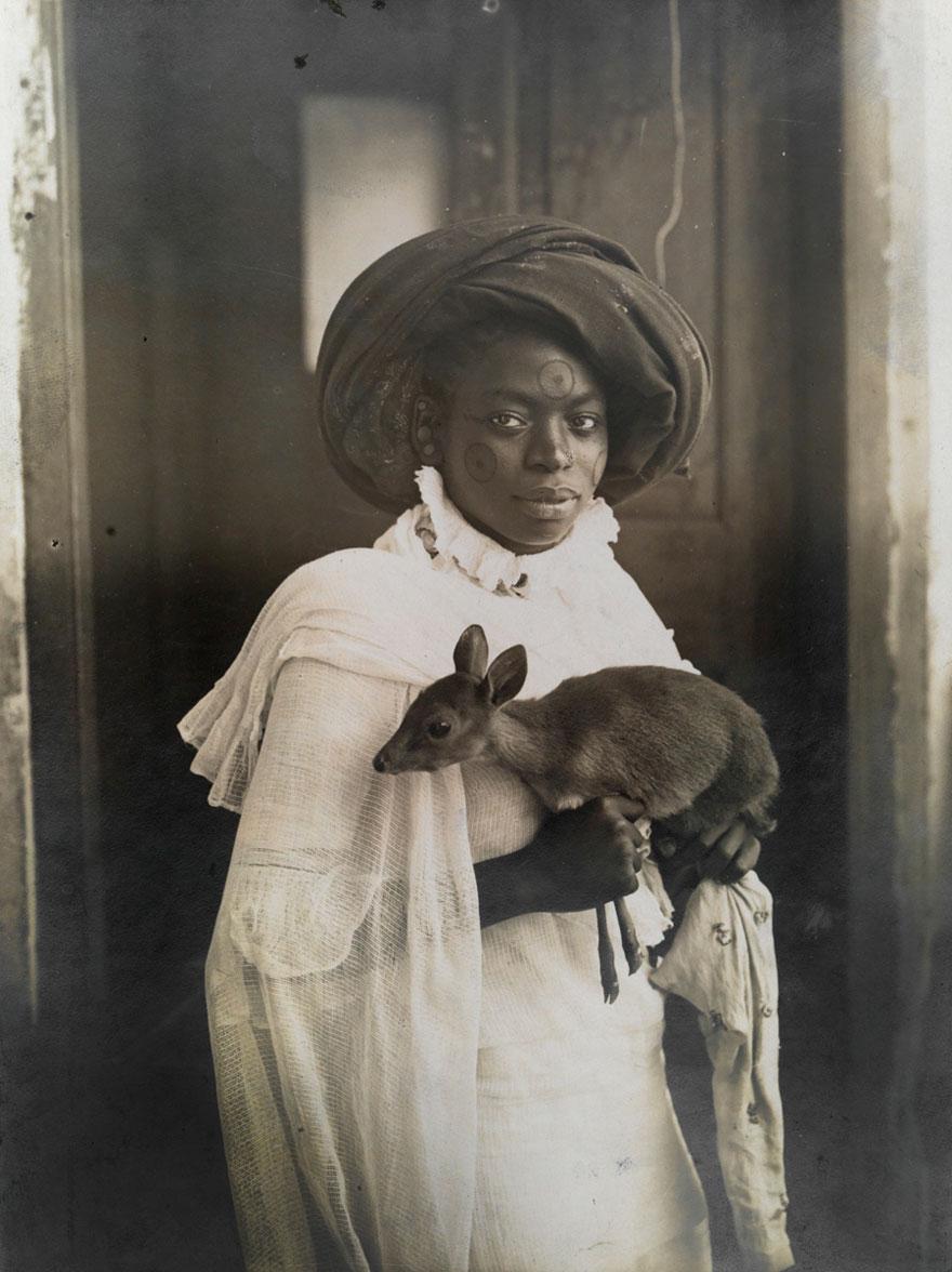 Кенийка с оленёнком в Момбасе, 1909