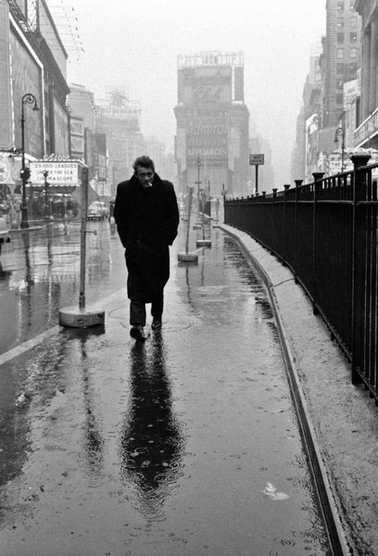 1955 год, Нью-Йорк. Джеймс Дин прогуливается на Таймс-сквер. Для начинающего, малоизвестного актера это было отличное место для прогулки.