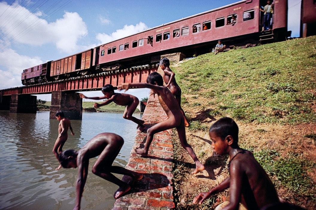 BANGLADESH. 1982. Children swim along the Dhaka-Chittagong rail line.