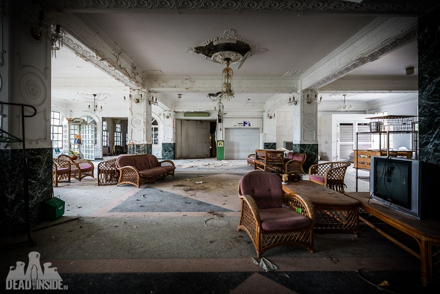 31 фото из заброшенного отеля в Японии
